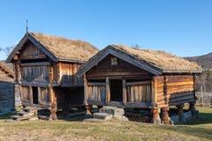 Typowi szwedzcy drewniani domy - domu wiejskiego jard, Stockholm Obrazy Stock