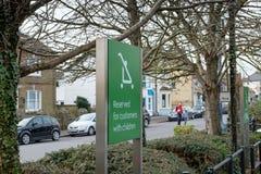 Typowo projektujący zarezewowany znak dla rodziców z dziećmi widzieć przy supermarketa parking zdjęcie stock
