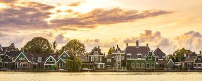 Typowo tradycyjnej Holenderskiej architektury drewniani domy blisko wody przy Zaanse Schans, Amsterdam obrazy royalty free