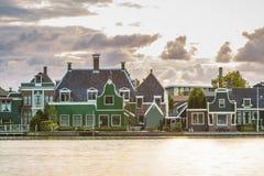 Typowo tradycyjnej Holenderskiej architektury drewniani domy blisko wody przy Zaanse Schans, Amsterdam zdjęcie stock