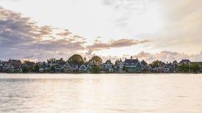 Typowo tradycyjnej Holenderskiej architektury drewniani domy blisko wody przy Zaanse Schans, Amsterdam fotografia royalty free