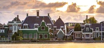 Typowo tradycyjnej Holenderskiej architektury drewniani domy blisko wody przy Zaanse Schans, Amsterdam obrazy stock