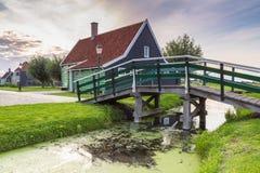Typowo tradycyjny holendera dom, dziejowa architektura i most nad wodą przy Zaanse Schans, obrazy royalty free