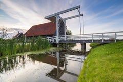 Typowo tradycyjny holendera dom, dziejowa architektura i most nad wodą przy Zaanse Schans, obraz stock
