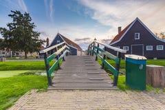 Typowo tradycyjny holendera dom, dziejowa architektura i most nad wodą przy Zaanse Schans, fotografia stock