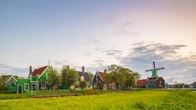 Typowo tradycyjny holendera dom, wiatraczek, dziejowa architektura i most nad wodą przy Zaanse Schans, obrazy stock