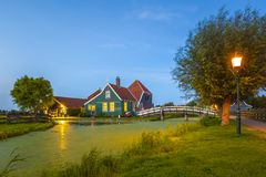 Typowo tradycyjny holendera dom, wiatraczek, dziejowa architektura i most nad wodą przy Zaanse Schans, obraz royalty free