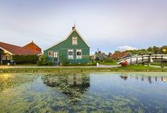 Typowo tradycyjny holendera dom, wiatraczek, dziejowa architektura i most nad wodą przy Zaanse Schans, zdjęcie royalty free