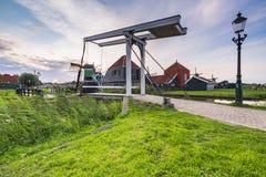 Typowo tradycyjny holendera dom, wiatraczek, dziejowa architektura i most nad wod? przy Zaanse Schans, obrazy stock