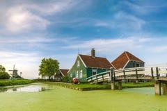 Typowo tradycyjny holendera dom, wiatraczek, dziejowa architektura i most nad wod? przy Zaanse Schans, zdjęcie royalty free