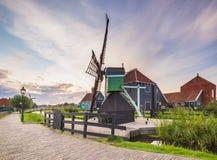 Typowo tradycyjny holendera dom, wiatraczek, dziejowa architektura i most nad wod? przy Zaanse Schans, fotografia royalty free