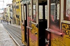 Typowy żółty tramwaj, Lisbon, Portugalia fotografia stock