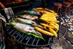 Typowy Amazonian lunch robić na grillu z ryba i bananami, obrazy stock