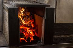 Typowy Argentyński grill lub asado Płonący drewno w gorących węglach i grillu Obraz Stock
