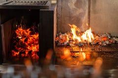 Typowy Argentyński grill lub asado Płonący drewno w gorących węglach i grillu Fotografia Royalty Free