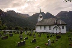 Typowy chrześcijaństwo kościół z cmentarzem w Norwegia fotografia royalty free