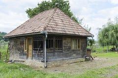 Typowy drewniany dom w Rumunia obrazy royalty free