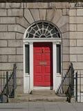 Typowy Dublin dzwi wej?ciowy maluj?cy w czerwieni zdjęcie stock