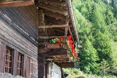 Typowy góra dom z kwitnącym balkonem, Europejscy Alps fotografia stock