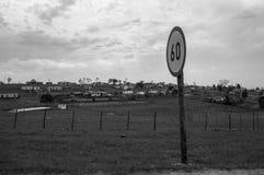 Typowy Górkowaty krajobraz z Tradycyjnymi Round domami blisko kawy zatoki, Wschodni przylądek, Południowa Afryka Zdjęcia Royalty Free