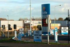 Typowy garażu forecourt w Bangor Północnym - Ireland z agresywną reklamą ich samochodowi cleaning i wosku udostępnienia Obraz Stock