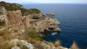 Typowy hiszpańszczyzny Costa Brava szczegół w Catalonia z wiele skała zdjęcie wideo