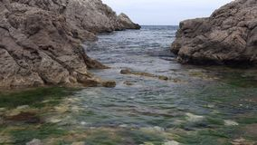 Typowy hiszpańszczyzny Costa Brava szczegół w Catalonia z wiele skała zbiory wideo