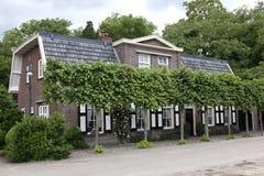 Typowy holendera dom z wyszkolonymi wapno drzewami obraz stock