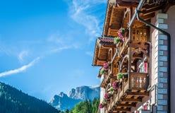 Typowy hotel w dolomit górach zdjęcie royalty free