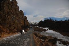 Typowy Islandzki krajobraz: Thingvellir park narodowy, rzeki, lawowi pola zakrywający z śniegiem przeciw tłu góry obrazy stock