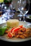 Typowy Karaibski jedzenie z kurczakiem, ryż i mango w restaur, obraz royalty free