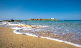 Typowy lato wizerunek zadziwiający malarski widok piaskowata plaża i stary biały kościół w małym isl obraz stock