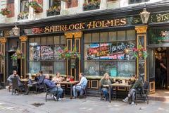 Typowy Londyński pub z gościami przed pubem Zdjęcie Stock