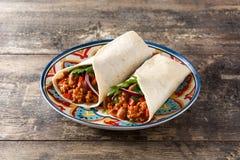 Typowy Meksykański burrito opakunek z wołowiną, frijoles i warzywami, obraz royalty free