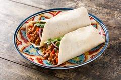 Typowy Meksykański burrito opakunek z wołowiną, frijoles i warzywami, fotografia stock