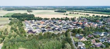Typowy Niemiecki nowe budownictwo mieszkaniowe rozwój w płaskiej wsi północny Niemcy między lasem, pola i łąki zdjęcia royalty free