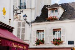 Typowy Paryski Mansardowy okno na Montmartre obrazy stock