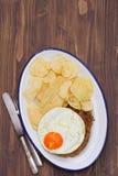 Typowy portuguese kiełbasiany alheira z smażącą grulą na naczyniu i jajkiem zdjęcie royalty free