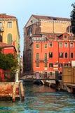 Typowy przesmyk wody kanał w Wenecja Zdjęcie Stock