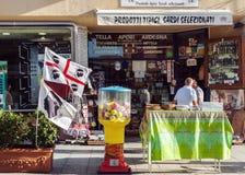 Typowy sklep spożywczy i pamiątkarski sklep w Sardinia Zdjęcia Royalty Free