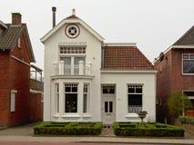 Typowy staranny podmiejski holendera dom z przodu ogródem obrazy royalty free