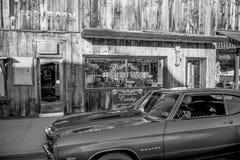 Typowy uliczny widok w historycznej wiosce Samotna sosna Marzec 29, 2019 - Samotna sosna Ca, Usa - fotografia royalty free