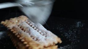 Typowy włoski karnawałowy klajstrowaty rozpryskany z sproszkowanym cukierem zbiory wideo