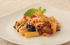 Typowy włoski naczynie z oberżyną i pomidorem Obrazy Stock