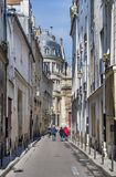 Typowy widok Paryjska ulica w Pary?, Francja zdjęcia royalty free