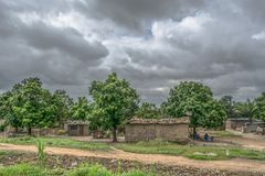 Typowy wioska widok, tradycyjni terakotowi domy z cynku talerza pokrywą i cegły, fotografia stock