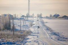 Typowy zima dzień, ludzie iść wzdłuż śnieżnych dróg zdjęcie royalty free