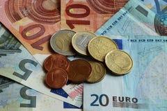 Typs diferentes de euro- moedas em typs diferentes de euro- cédulas Imagens de Stock