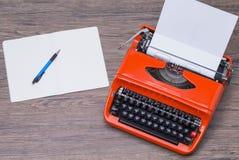Typwriter och notepad Arkivbild