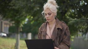 Typy kobiet na laptopie Gdzieś w centrum miasta Laptop na kolanach zbiory